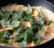 Braten von omelete Lizenzfreie Stockfotos