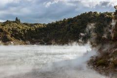 Braten von Pan Lake in vulkanischem Tal Waimangu, Neuseeland lizenzfreies stockfoto