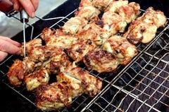 Braten von Stücken Fleisch in einem Grill auf der Straße Stockfoto