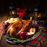 Braten-Weihnachtsente mit Äpfeln lizenzfreies stockbild