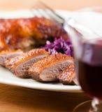 Bratenente und ein Glas Rotwein Stockfoto