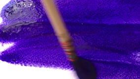 Bratenfett-Tinte auf Papier Das Papier absorbiert Tintenfarbe Altes gelbes Papier auf dunklem Hintergrund stock video