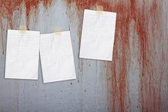 Bratenfettblut auf der Wand mit Weißbuchanmerkung Lizenzfreie Stockfotografie