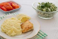 Bratenfischsteak frisch mit gestampften Kartoffeln Stockfoto