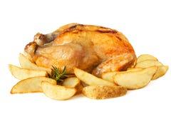 Bratenhuhn mit Kartoffel-Keilen Stockfotos