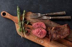 Bratenrindfleisch auf einem hölzernen Vorstand Stockbild