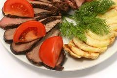 Bratenrindfleisch mit Tomate und Kartoffel Lizenzfreie Stockfotos