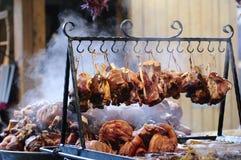 Bratenrindfleisch und -schwein außerhalb des Marktes Stockfoto