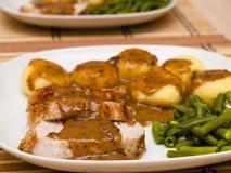 Bratenschweinefleisch in der Soße mit schlesischen Nudeln Lizenzfreie Stockbilder