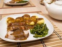 Bratenschweinefleisch in der Soße mit schlesischen Nudeln Stockbilder