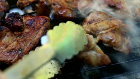Bratfrischfleisch auf Grill stock footage