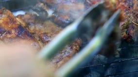 Bratfrischfleisch auf Grill stock video footage