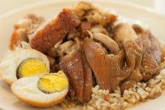 Brathähnchen und knusperiges Schweinefleisch mit Reis und gekochtem Ei lizenzfreie stockbilder
