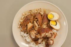 Brathähnchen und knusperiges Schweinefleisch mit Reis und gekochtem Ei lizenzfreies stockfoto