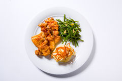 Brathähnchenbrust, Kartoffelpürees und grüne Bohnen lizenzfreies stockbild