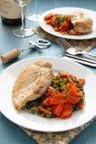 Brathähnchenbrust mit Gemüse auf weißer Platte Lizenzfreie Stockfotos