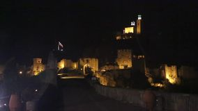 bratislava Словакия Взгляд ночи старого замка и старого городка видеоматериал