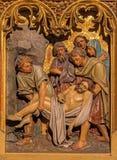 Bratislava - Begrafenis van de scène van Jesus. Gesneden hulp van. cent 19. in st. Martin kathedraal. royalty-vrije stock fotografie
