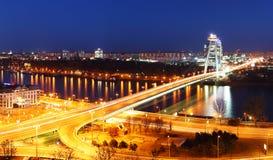 Bratislava-Brücke nachts stockbild