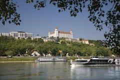Bratislava - castillo y el parlamento Imagen de archivo libre de regalías