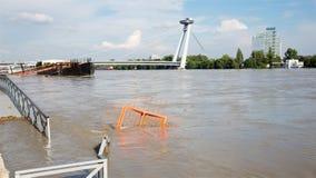 Bratislava, Danube przy wysoką powodzią - wysoką wymierzoną wodą i SNP mostem obrazy royalty free