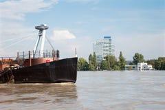 Bratislava - Danubio all'alta inondazione da più alta acqua misurata e dal ponte di SNP Immagini Stock Libere da Diritti
