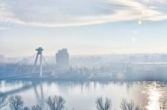 Bratislava, Danubio, río, puente del UFO Imagenes de archivo