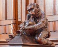 Bratislava - der Affe mit der Rohrskulptur von der Bank im Presbyterium in der St.-Frühmettekathedrale Lizenzfreies Stockbild