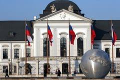 bratislava dzień kwitnie pierwszoplanowego grassalkovich ładnego pałac Slovakia pogodnego kolor żółty obraz stock