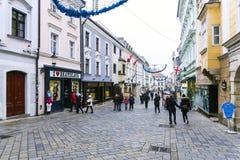 BRATISLAVA, ESLOVÁQUIA - 4 DE JANEIRO 2014: rua do turista no CEN Foto de Stock