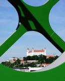 BRATISLAVA, ESLOVÁQUIA - 20 DE MAIO DE 2016: Vista da ponte velha nova de Bratislava (Stary mais) fotografia de stock royalty free