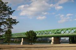BRATISLAVA, ESLOVÁQUIA - 20 DE MAIO DE 2016: Vista da ponte velha nova de Bratislava (Stary mais) imagens de stock royalty free