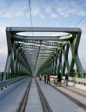 BRATISLAVA, ESLOVÁQUIA - 20 DE MAIO DE 2016: Vista da ponte velha nova de Bratislava (Stary mais) fotografia de stock