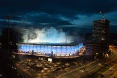 Bratislava, Eslováquia - 3 de março de 2019 - primeiro fósforo no estádio de futebol novo - os escudos de fumo usaram-se fotos de stock