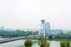 BRATISLAVA, ESLOVAQUIA - 16 DE OCTUBRE DE 2015: Nuevo puente en Bratislava, Eslovaquia Fotografía de archivo