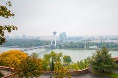 BRATISLAVA, ESLOVAQUIA - 16 DE OCTUBRE DE 2015: Nuevo puente (Novy más), Foto de archivo libre de regalías