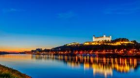 Bratislava kasztel z Danube rzeką piękny zachód słońca Sistani bratislava obrazy stock