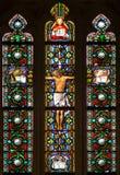 Bratislava - korsfästelse på fönsterruta från 19. i cathdedral St Martins Arkivfoton