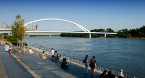 Bratislava - lungomare Danubio e ponte di Apollo Fotografie Stock