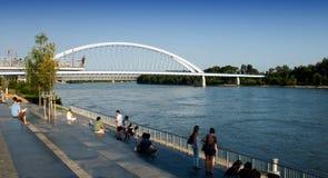 Bratislava - margem Danúbio e ponte de Apollo Fotos de Stock