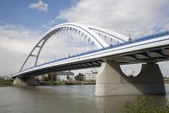 Bratislava - moderne gewölbte Brücke Stockfotografie