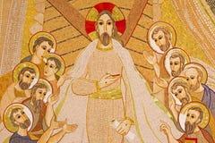 Bratislava - mosaico de Cristo ressuscitado entre os apóstolos na catedral de Sebastian de Saint projetada por MarÂko Ivan Rupnik imagens de stock