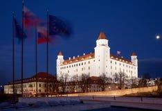 Bratislava - o castelo do parlamento na noite e nas bandeiras Foto de Stock Royalty Free