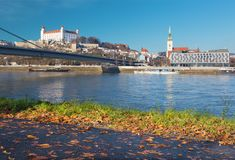 Bratislava - paysage de la ville avec la promenade de Danube images libres de droits
