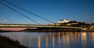 Bratislava przy nocą od Danude fotografia stock