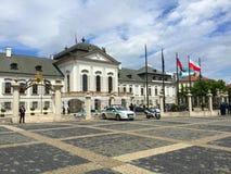 Bratislava - quadrato della costruzione di governo immagini stock
