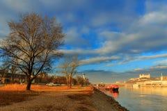 Bratislava roszuje, st oknówek kościół i Danube rzeka, błękitna wygrana Obrazy Royalty Free
