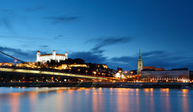 Bratislava-Schloss und Brücke stockfotografie