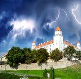 Bratislava-Schloss unter einem Gewitter, Slowakei Stockfotografie