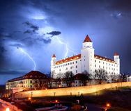 Bratislava-Schloss vom Parlament in der Dämmerung - Slowakei Stockfotografie